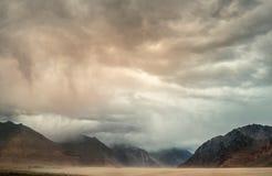 在Nubra谷,查谟和克什米尔, Leh,印度的沙尘暴 免版税图库摄影
