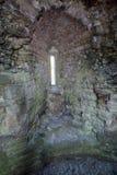 在Nunney城堡的Arrowslit窗口 库存图片