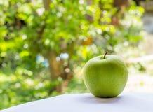 在nuture背景的绿色苹果 免版税库存照片