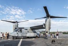 在NY的舰队星期期间在USS Oak Hill的甲板的航空器 免版税库存照片