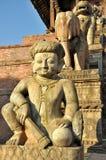 在Nyatapola寺庙前面的监护人 库存图片