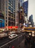 在NYC的W第42 St在晚上 图库摄影