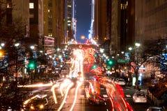 在NYC第42条街道上的夜交通  库存图片