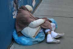在NYC街道上的无家可归的妇女 免版税库存照片