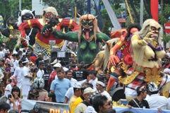 在Nyepi伊芙庆祝的Ogoh Ogoh游行  免版税库存照片