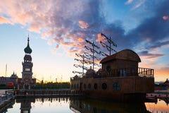 在NZH满洲里日落matryoshka正方形的船  免版税库存图片