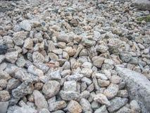 在o山道路的许多涨落不定岩石 库存照片