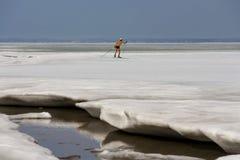 在Ob水库的冻冰的滑雪者赤裸上身的奔跑 库存照片