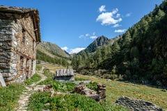 在Oberloo谷, aosta意大利的浪漫山小屋 库存图片