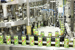在Ochakovo工厂装在传动机的mojitos于罐中 库存照片