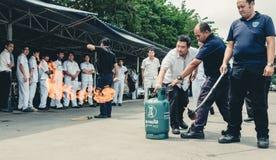 在Octobe的基本的消防和撤离消防训练训练 库存图片