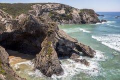 在Odeceixe的美好的岩层沿岸航行,葡萄牙 免版税库存图片