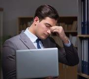 在offi的商人几乎睡着的运作的晚小时 免版税库存图片