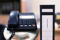 在officeââ¬â¢s背景的办公室文件夹 免版税图库摄影
