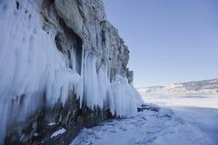 在Ogoi海岛岩石的冰柱 33c 1月横向俄国温度ural冬天 免版税库存照片