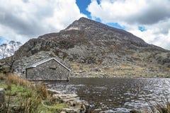 在Ogwen谷的腐烂的村庄与Llyn Ogwen在斯诺多尼亚,Gwynedd,北部威尔士,英国-英国,欧洲 库存照片
