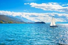 在Ohrid湖,马其顿的游艇 免版税库存照片