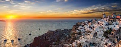 在Oia村庄的全景在圣托里尼海岛上的 免版税库存照片