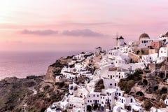 在Oia村庄的Suset在圣托里尼海岛,希腊 库存图片