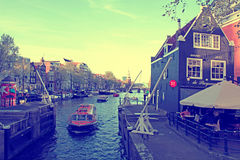 在Oide Schaans运河的巡航的小船灌溉和老中世纪 免版税库存图片