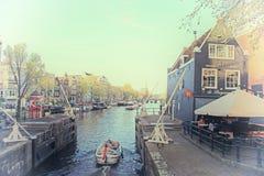 在Oide Schaans运河的巡航的小船灌溉和老中世纪 免版税图库摄影