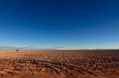 """在""""Ojos del Salara€ 附近的全景风景视图在阿塔卡马沙漠,智利,描述轮胎轨道 免版税库存照片"""