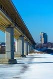 在Oka河(下诺夫哥罗德)下的Metrobridge 免版税库存图片
