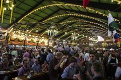 在Oktoberfest期间的Agustiner Festhalle 2012年 库存图片