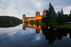 在Olavinlinna堡垒的8月微明 古老芬兰堡垒olavinlinna savonlinna日落 免版税库存照片