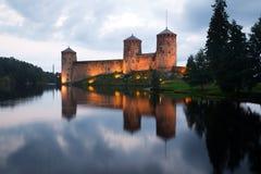 在Olavinlinna堡垒的8月` s多云晚上  古老芬兰堡垒olavinlinna savonlinna日落 免版税库存图片