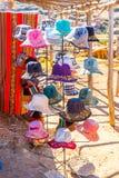 在Ollantaytambo,秘鲁,南美街道上的纪念品市场。五颜六色的毯子,盖帽,围巾,布料,雨披 免版税库存照片