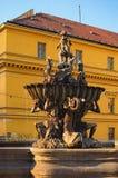在Olomouc,捷克期间的氚核喷泉 日落在夏天 免版税库存照片
