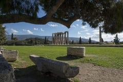 在olympieion雅典的老罗马长凳 免版税库存照片