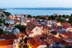 在Omis有启发性城镇的鸟瞰图  免版税库存照片