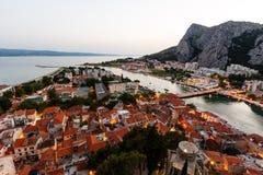 在Omis有启发性城镇的鸟瞰图  库存照片