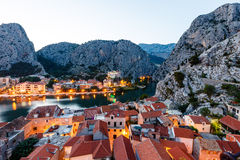 在Omis有启发性城镇的鸟瞰图  图库摄影
