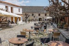 在Omodos村庄的咖啡馆在塞浦路斯 图库摄影