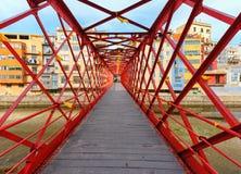 在Onyar河,希罗纳,卡塔龙尼亚,西班牙的埃菲尔桥梁 图库摄影