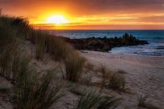 在Opollo海湾,伟大的奥特韦国立公园,维多利亚,澳大利亚的日出 免版税库存照片