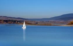 在Orava水库,斯洛伐克的游艇 图库摄影