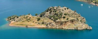 在Orhaniye海湾的被加强的小岛在马尔马里斯港度假村附近在Tur 图库摄影