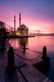 在ortakoy清真寺,伊斯坦布尔的惊人的日出 免版税库存图片