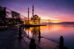 在ortakoy清真寺,伊斯坦布尔的惊人的日出 库存照片