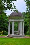 在Ostafievo庄园在波多利斯克区,莫斯科地区,俄罗斯的一个树荫处 免版税库存图片