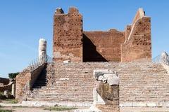 在Ostia Antica,废墟的Capitolium寺庙在古老罗马城市w 免版税库存照片