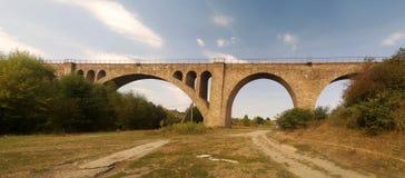在Ostriv附近的老奥地利铁路高架桥 库存照片