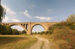 在Ostriv附近的老奥地利铁路高架桥 免版税库存照片