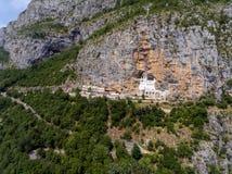 在Ostrog修道院教会的鸟瞰图 库存图片