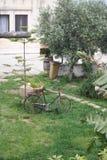 在ostuni,意大利的被放弃的自行车 库存照片