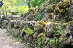 在Otagi nenbutsu籍寺庙的被雕刻的石图 库存照片